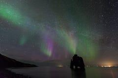 Nordlicht am hvitserkur, Island Lizenzfreies Stockfoto
