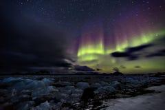 Nordlichter über dem gefrorenen arktischen Fjord Lizenzfreie Stockfotos
