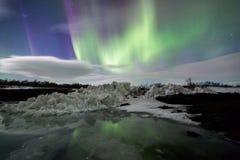 Nordlichter über einem Eisberg in einer Lagune Lizenzfreie Stockfotografie