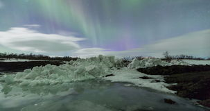 Nordlichter über Gebirgszug stock video