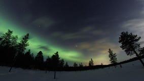 Nordlichter über gefrorenem Land über Arktis in Finnland stock video