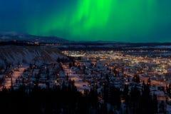 Nordlichter über im Stadtzentrum gelegenem Whitehorse lizenzfreies stockfoto