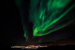 Nordlichter über Nuuk-Stadt Lizenzfreies Stockfoto