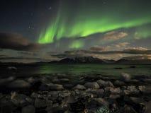 Nordlichter (Aurora Borealis) über dem arktischen Fjord Stockbild