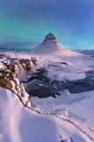 Nordlichter erscheinen über Berg Kirkjufell Lizenzfreie Stockfotos
