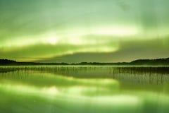 Nordlichter lakescape nachts Lizenzfreie Stockfotografie