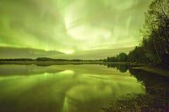 Nordlichter lakescape nachts Lizenzfreie Stockfotos