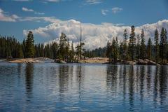 Nordlig Kalifornien sjö som är alpin på en ljus solig dag royaltyfri bild