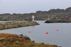Nordlig port av ön Utsira, Norge, med fyren Arkivbilder