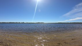 Nordlig sjö på solig dag lager videofilmer