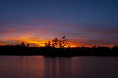 Nordlig solnedgång över sjön Arkivbilder