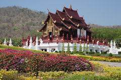 Nordlig thai stilbyggnad i kunglig flora Ratchaphruek Royaltyfri Fotografi