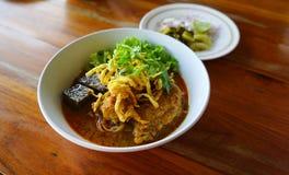 Nordlig thailändsk nudelcurrysoppa i bunkeserve med citronen, lök Royaltyfria Foton