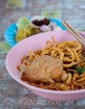 Nordlig thailändsk nudelcurrysoppa med höna Royaltyfri Bild