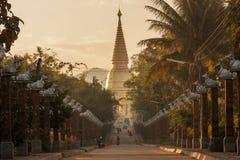 Nordlig Thailand Chedi forntida tempel i gammal asiatisk gataperspektivsikt, Wat Phra Bat Huai Tom Fotografering för Bildbyråer