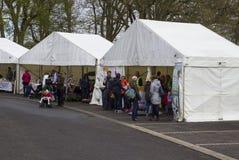 Nordliga Belfast - Irland Små affärsmän och kunder i deras stort festtält på den Belfast vårfestivalen som handelgri arkivfoton