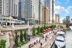 Nordliga Chicago River Riverwalk på den norr filialen Chicago River I royaltyfria foton