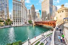 Nordliga Chicago River Riverwalk på den norr filialen Chicago River I arkivbild