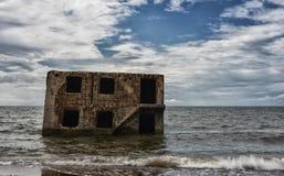 Nordliga fort i vatten av det baltiska havet i Liepaja, Lettland Sightobect Oskarpa vågor på grund av lång exponering och ND-filt arkivfoton