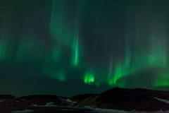 Nordliga lampor över krater i Island Royaltyfri Bild