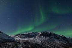 Nordliga lampor (norrsken) över ett berg Royaltyfri Fotografi
