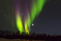 Nordliga lampor (norrsken) över snowscape. Royaltyfri Bild