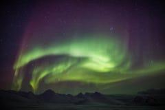 Nordliga ljus över den arktiska himlen - Spitsbergen Royaltyfria Bilder