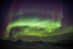 Nordliga ljus över den arktiska himlen - Spitsbergen Royaltyfri Bild