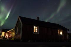 Nordliga ljus över den Hamnoy droppen arkivfoto