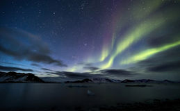 Nordliga ljus - arktiskt landskap - Spitsbergen, Svalbard Arkivfoton