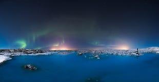 Nordliga ljus i den blåa lagun Arkivfoto