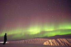 Nordliga ljus med skidåkaren Arkivbilder