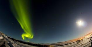 Nordliga ljus och måne Arkivbilder