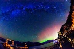 Nordliga ljus och Vintergatan Fotografering för Bildbyråer