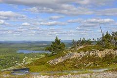 Nordligt landskap- och sommarslädespår Royaltyfri Bild