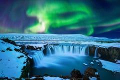 Nordligt ljus, norrsken på den Godafoss vattenfallet i vinter, Island arkivbilder