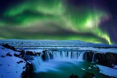 Nordligt ljus, norrsken på den Godafoss vattenfallet i vinter, Island arkivfoton