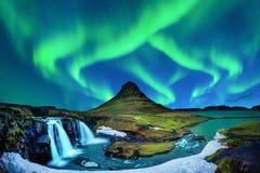 Nordligt ljus, norrsken på Kirkjufell i Island Kirkjufell berg i vinter royaltyfri foto
