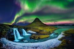 Nordligt ljus, norrsken på Kirkjufell i Island Kirkjufell berg i vinter royaltyfria bilder