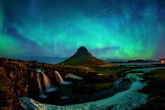 Nordligt ljus, norrsken på Kirkjufell i Island Kirkjufell berg i vinter arkivfoto