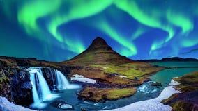 Nordligt ljus, norrsken på Kirkjufell i Island Kirkjufell berg i vinter arkivbild