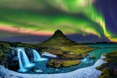 Nordligt ljus, norrsken på Kirkjufell i Island Kirkjufell berg i vinter fotografering för bildbyråer