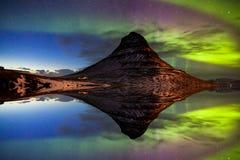 Nordligt ljus, norrsken på Kirkjufell i Island royaltyfri bild