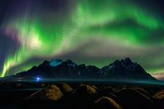 Nordligt ljus, norrsken på Vestrahorn berg i Stokksnes, Island royaltyfria bilder