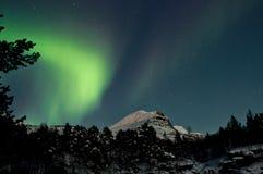 Nordligt tänder i nattskyen Arkivbild