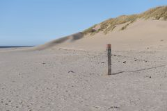 Nordsee-Strand auf der Insel von Ameland mit Strandpfosten stockbild
