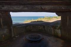 Nordsjön som inifrån ses en bunker för artilleri för världskrig två, Hirtshals, Danmark arkivbild