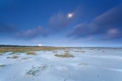 Nordsjönkust i skymning och fullmåne Arkivbild