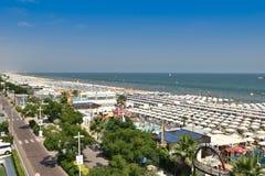Nordstrand Riccione Italien mit der neuen Promenade lizenzfreie stockbilder