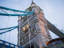 Nordturm der Turm-Brücke, London, wie vom Fluss unten gesehen Lizenzfreie Stockbilder